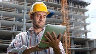 Bauleiter schaut sich die Pläne an