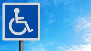 Verkehrsschild zeigt einen Rollstuhlfahrer