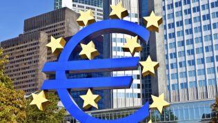 EZB-Emblem vor Europäischen Zentralbank in Frankfurt