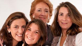 Frauen aller Altersklassen lächelnd