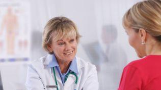 Ärztin mit Patientin im Gesundheitswesen