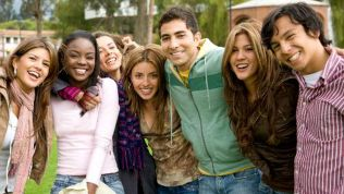 Lachende junge Menschen