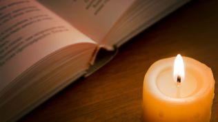 Kerze und Heilige Schrift