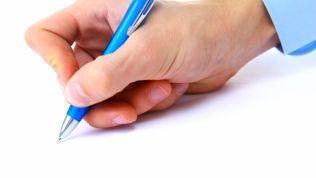 Hand mit Kugelschreiber: Bereit, etwas zu unterzeichnen