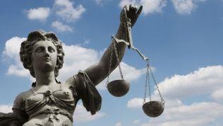 Justitia vor blauem Himmel