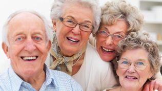 Gruppenfoto: Rentner lächeln in die Kamera