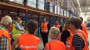 Die Teilnehmer besuchen das EDEKA Logistikzentrum Hamm. Bild: Stiftung für die Freiheit