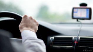 Autofahrer mit Navigationsgerät