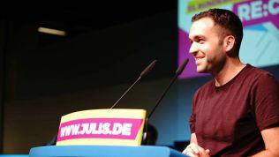 Konstantin Kuhle spricht auf dem Bundeskongress der JuLis. Bild: facebook.com/jungeliberale