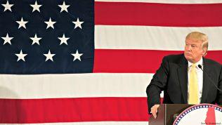 Donald Trump vor einer amerikanischen Flagge