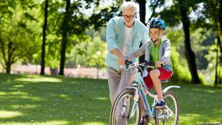 Rentner mit Kind auf Fahrrad