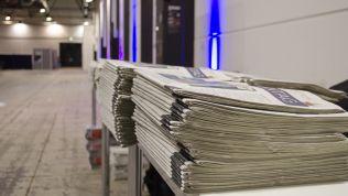 Zeitungsstapel auf dem Bundesparteitag