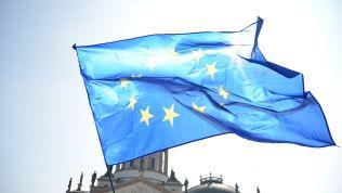 EU-Flagge in der Sonne