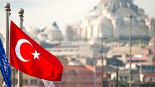 Türkische Flagge über Istanbul