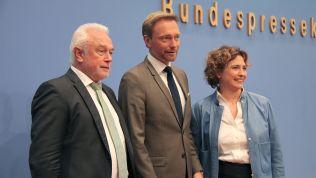 Wolfgang Kubicki, Christian Lindner und Nicola Beer vor der Bundespressekonferenz