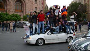 Junge Demonstranten in Armenien. Bild: Stiftung für die Freiheit