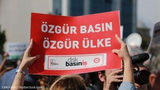Demonstranten reagierien auf den Fall Cumhuriyet mit Forderungen nach einer freien Presse. Bild: CAN KAYA / Shutterstock.com