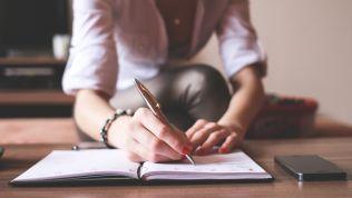 frau beim schreiben