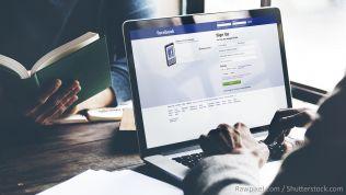 Facebook auf Monitor