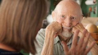 Älterer Mann im Gespräch