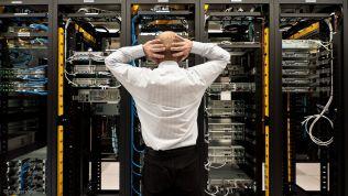 Mann vor Servern