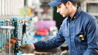 Arbeiter an Werkbank
