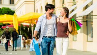 Frau und Mann beim Einkaufen