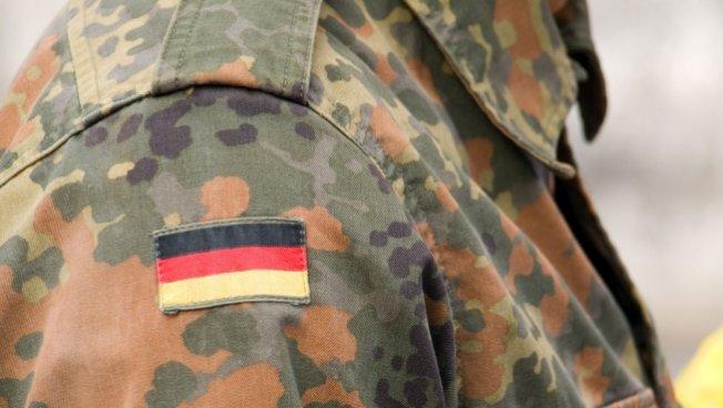 Deutschlandflagge auf der Uniform eines Bundeswehrsoldaten