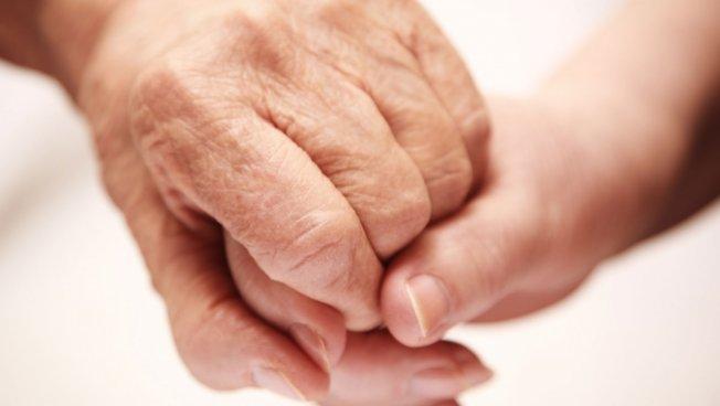 Alte Hand greift junge Hand