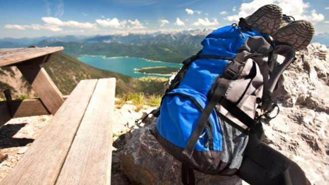 Backpacker macht Pause auf einer Bergstation