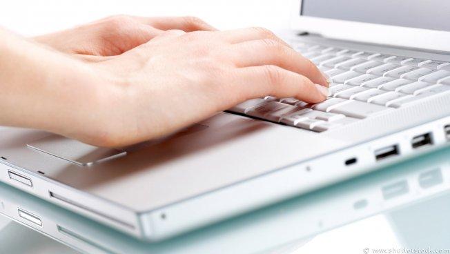 Hände auf Laptop