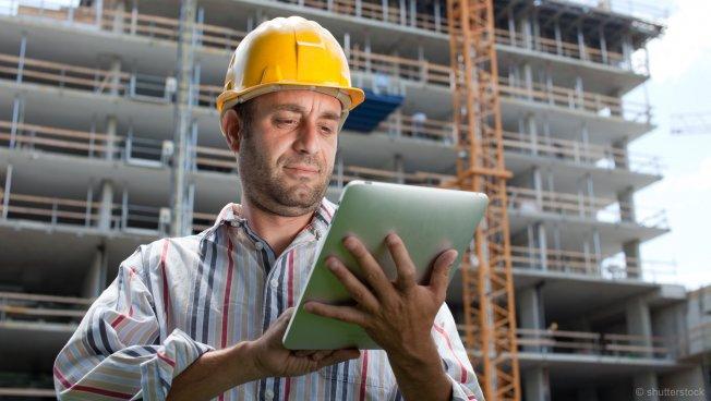 Bauarbeiter liest Instruktionen