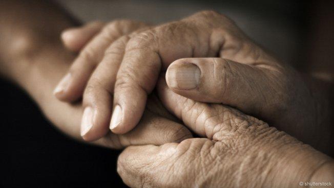 Ineinander verschränkte Hände älterer Menschen