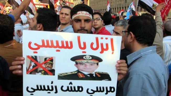 Demonstrant in Kairo mit einem Plakat von General Abdel Fattah al-Sissi