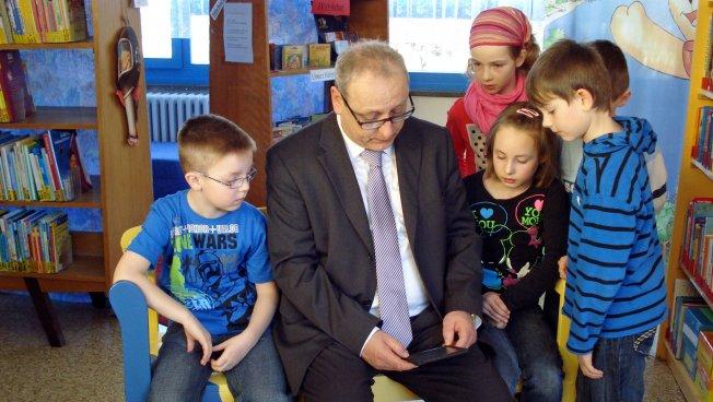 Schüler der Grundschule Friedrich-Engels in Meerane und den Sächsischen Staatsminister der Justiz und für Europa, Dr. Jürgen Martens