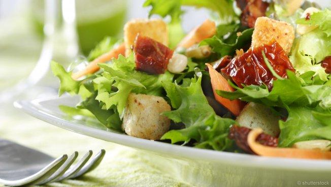 Ein appetitlich angerichteter Salat auf einem Teller