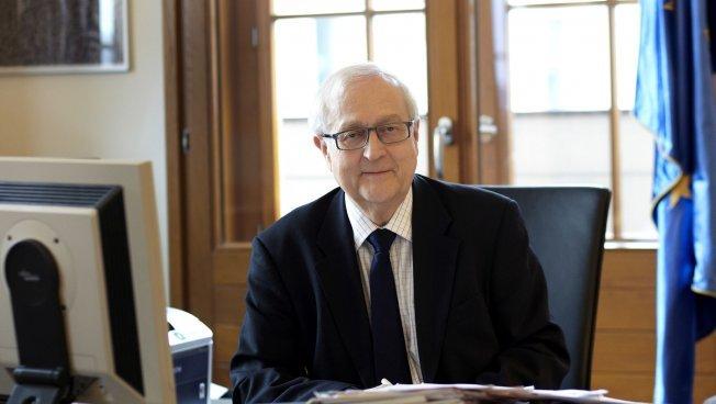 Rainer Brüderle sitzt am Schreibtisch
