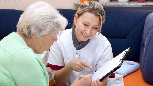 Pflegerin mit Senior