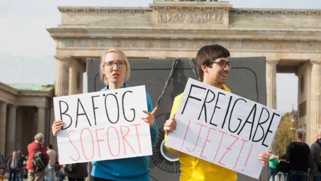 Studenten vor dem Brandenburger Tor