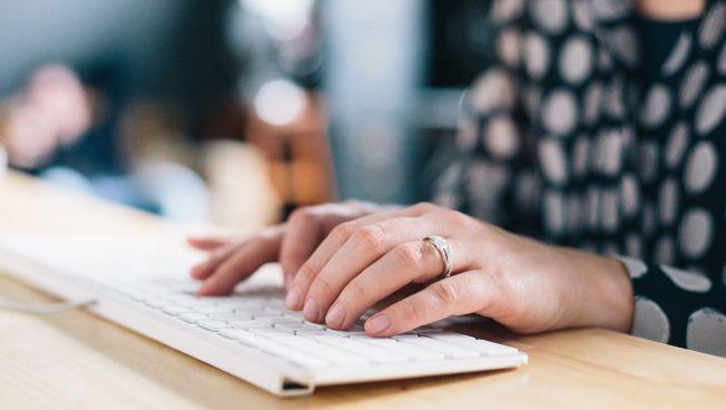 Nutzerin an einem Rechner