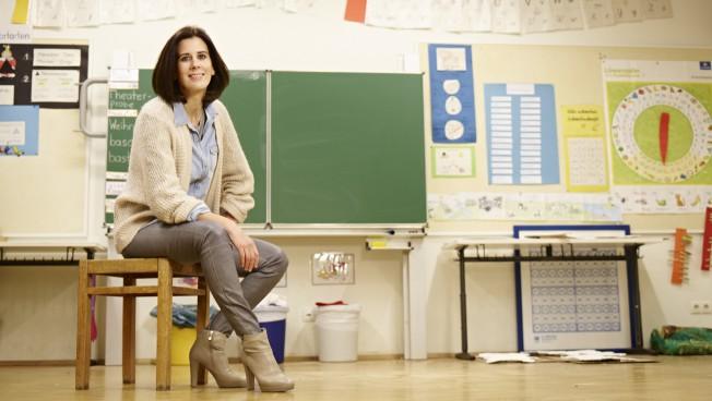 Katja Suding in einem Klassenzimmer