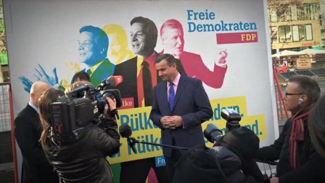 Hans-Ulrich Rülke bei der Plakatenthüllung. Bild: twitter.com/MarcoBuschmann