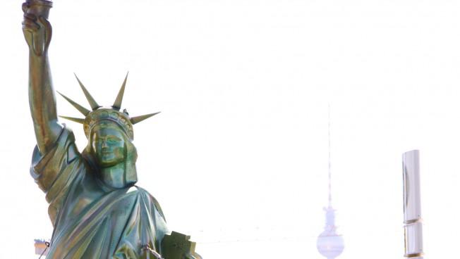 Freiheitsstatue vor der amerikanischen Botschaft in Berlin