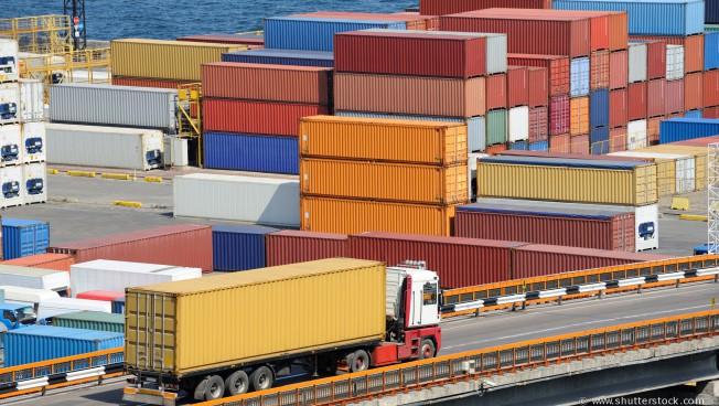 Containerhafen und Lastwagen