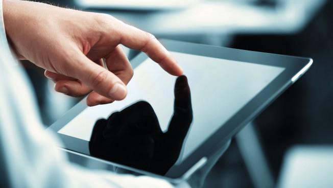 Hand auf Tablet-PC