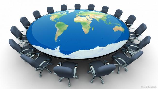 Konferenztisch mit der Weltkarte