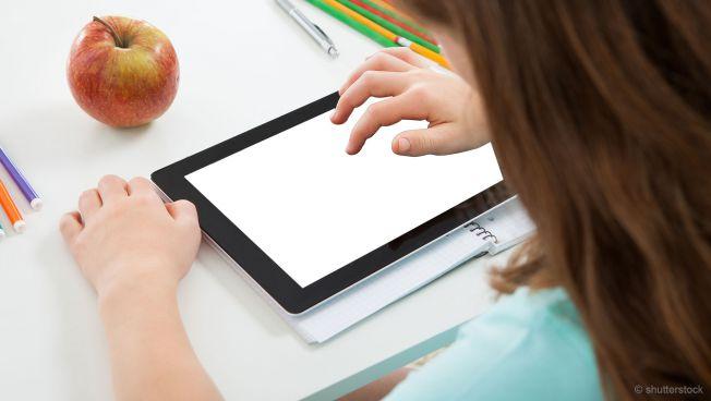 Kind mit Tablet im Klassenzimmer