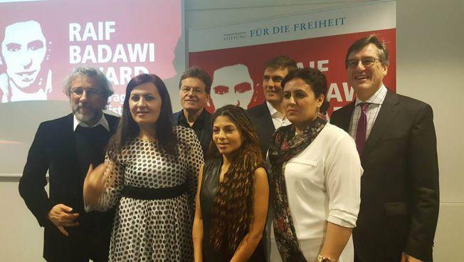 Dange-NWE-Journalistinnen mit Ensaf Haidar, Constantin Schreiber und Stiftungsvertretern. Bild: facebook.com/dange.nwehalabja