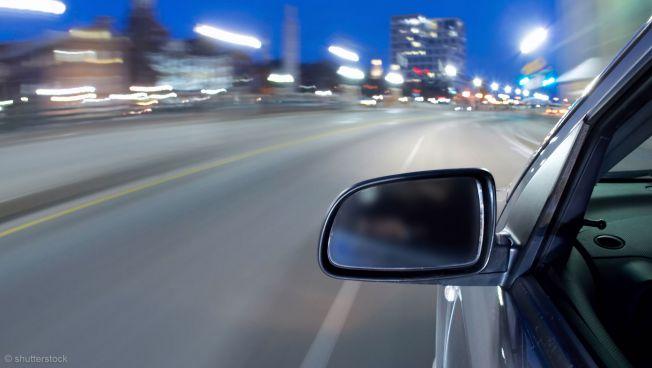 Auto auf nächtlicher Straße