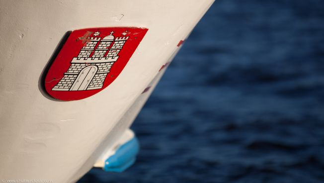 Stadtwappen von Hamburg auf einem Boot